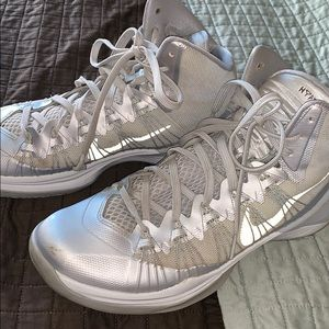 NIKE HYPERDUNK HIGHTOP GYM SHOE